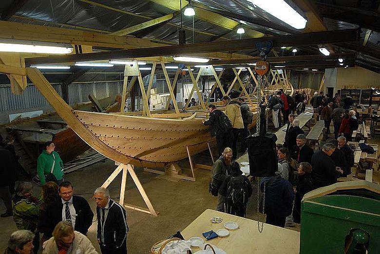 Die Teilnehmer der Tagung beim Besuch des Nachbaues des Nydam-Schiffes (Foto: Wulf Hein)