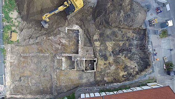 Das Drohnenfoto zeigt die deutliche Befundkonzentration im zur Widumstraße liegenden Grundstücksbereich