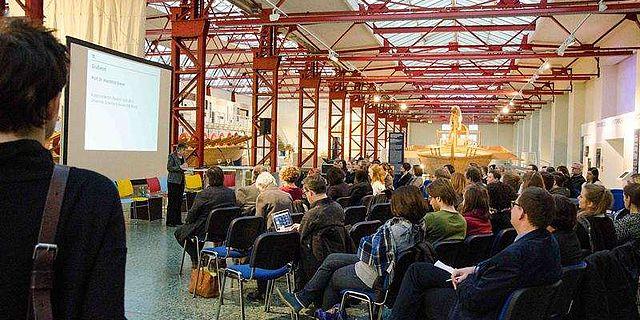 Prof. Dr. Mechthild Dreyer, Vizepräsidentin für Studium und Lehre der JGU, begrüßt die Anwesenden im Museum für Antike Schiffahrt des RGZM