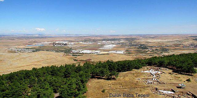 Blick auf den Siedlungshügel der antiken Stadt Doliche