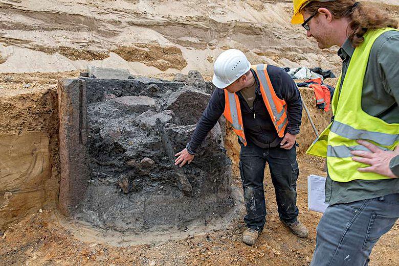 Grabungsleiter Dr. Martin Grünewald und Grabungstechniker Daniel Gansera vom LVR-ABR diskutieren die Verfüllung des römischen Brunnens