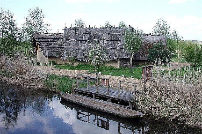 Rekonstruierte Häuser im Federseemuseum in Bad Buchau