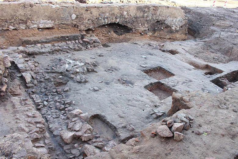 Gebäude- und Fußbodenreste neben Burgmauer