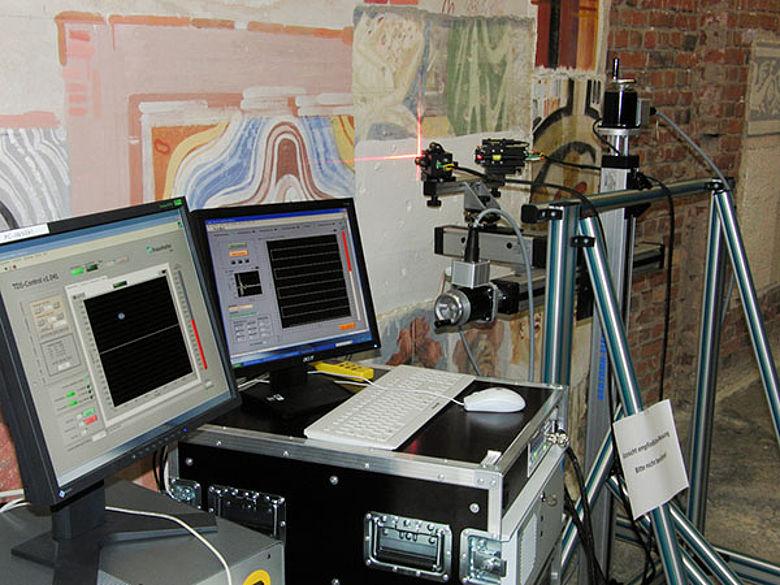 Der mobile Scanner im Einsatz an einer Testwand. Per Software wird die Struktur der verdeckten Malereien sichtbar gemacht. (© Fraunhofer IWS)