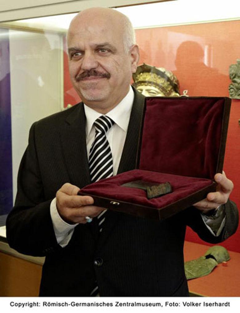 Der Botschafter der Republik Irak Dr. Hussain Mahmood Fadhlalla Al-Khateeb präsentiert die Streitaxt