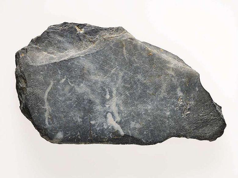 Diese Schieferplatte aus der Altsteinzeit (15.000 Jahre vor heute) mit Ritzzeichnungen kann man als das älteste Kunstobjekt des Rheinlandes bezeichnen. (Foto: LVR)