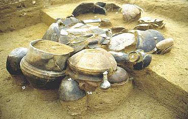 Jüngstbronzezeitliches Brandgrab mit reicher Gefäßausstattung. Foto: Landesamt für Archäologie Sachsen