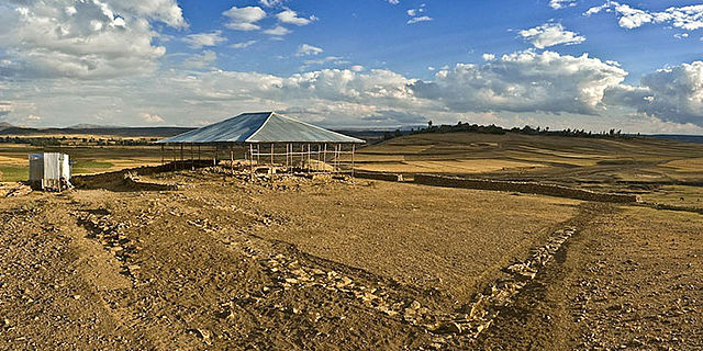 Grabungsgelände mit Schutzbau über dem Almaqah-Heiligtum
