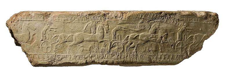 Reliefverziertes Fragment eines Louterions