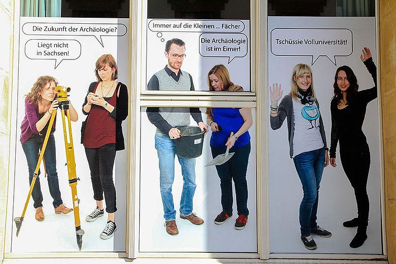 Mit einer Fotoaktion bringen die Studierenden und Dozenten in Leipzig ihren Protest zum Ausdruck