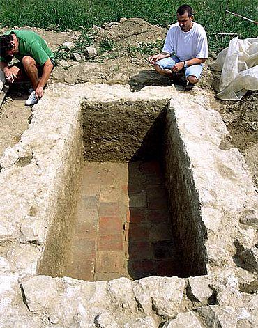 Verputztes Steinkistengrab von Biengen