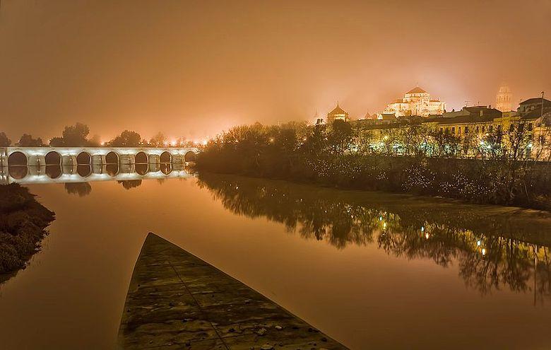 Córdoba, Spanien: links die römische Brücke aus dem 1. Jh. und rechts die Moschee und heutige Kathedrale aus dem 8. Jh.