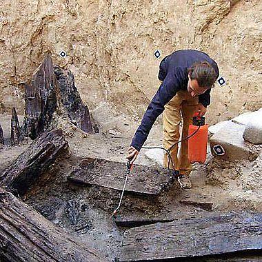 Verstürzte Hölzer im Brunnen des Königspalastes. (Foto: Peter Pfälzner © Universität Tübingen)