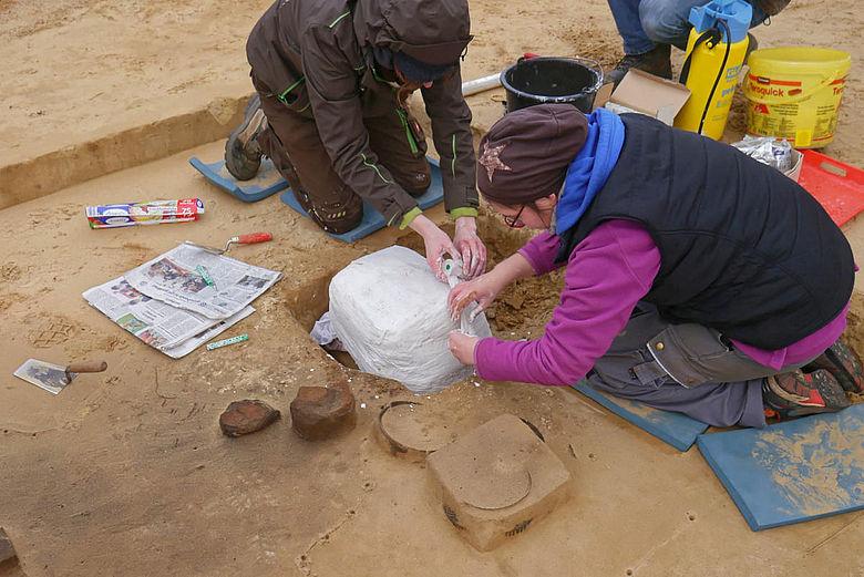 Blockbergung eines Keramikgefäßes