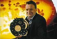 Dr. Harald Meller mit der Himmelsscheibe. (Foto: Juraj Lipták LDA Halle)