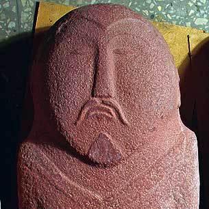 Alttürkische Sandsteinstele aus dem 6.-8. Jh. n. Chr. aus Oj-Džhajlau. Gesicht, Haltung, Tracht und Trinkbecher sind erstaunlich gut erhalten (Foto: M. Schicht, DBM)
