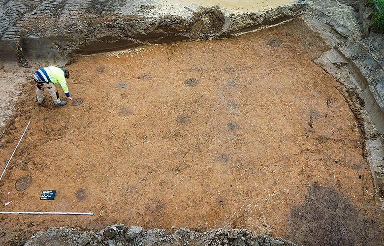 Grabungsarbeiter Lukas Wolff beim Anriss der Befunde eines Sechspfostenspeichers