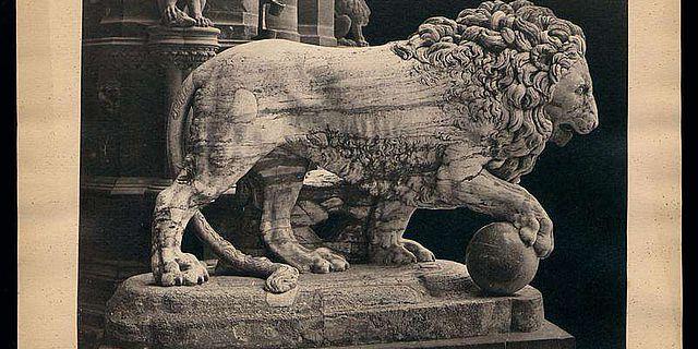 Marmorlöwe an der Piazza della Signoria in Florenz – eine von rund 15.000 Abbildungen aus der Sammlung von Jacob Burckhardt (Foto: Uni Basel)