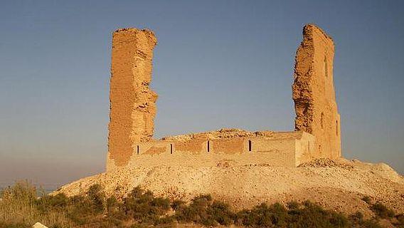 Das teilrestaurierte, am Seeufer gelegene Praetorium, Teil der Stadtbefestigung von Barbalissos durch Kaiser Justinian I.