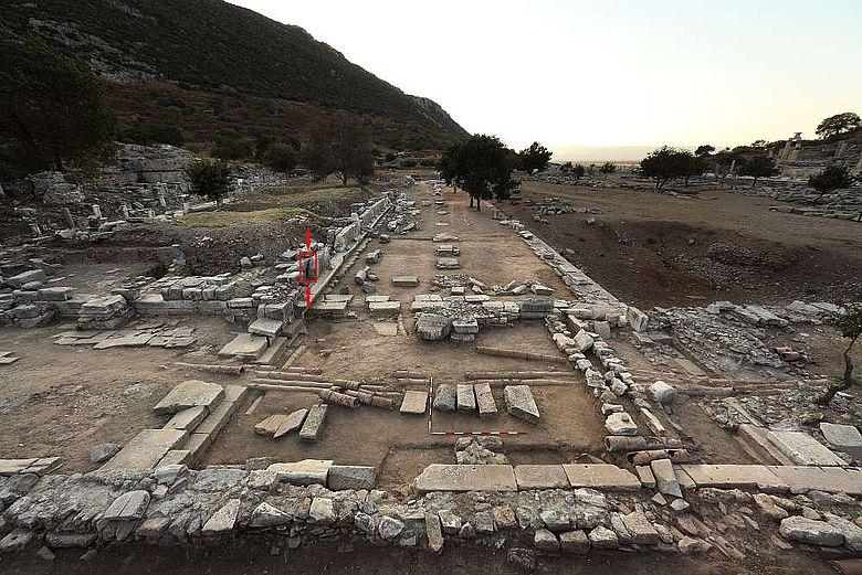Blick auf die an der Südseite der Oberen Agora gelegene Säulenhalle