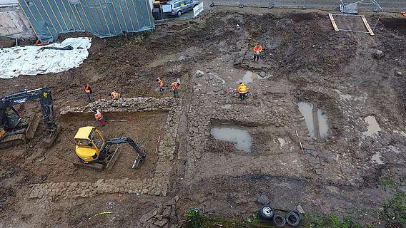 Im Luftbild lassen sich die beiden mächtigen Fundamente des vermuteten Torenkasten und die dazwischen liegende Abwasserrinne gut erkennen