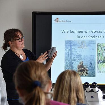 An ihrem Besuchstag im archäo:labor erfahren die Jungen und Mädchen der Klassenstufen 5 bis 7 auch, wie Archäologinnen und Archäologen herausfinden, was die Menschen in der Jungsteinzeit gegessen haben