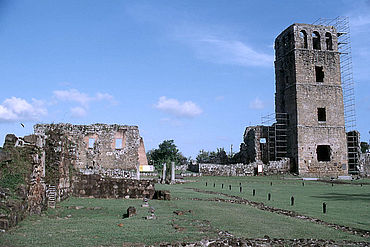 Die Plaza Mayor von Panamá la Vieja: Neben der Kathedrale befand sich hier eine repräsentative Wohnarchitektur (links im Bild). (Foto: R. Schreg)