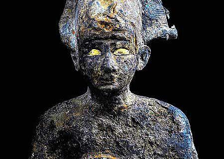 25,5 cm hohe Bronzestatue des Gottes Osiris, oberster Totengott, der in Gestalt eines mumifizierten Königs mit Atef-Krone dargestellt wird. Die typischen Insignien seiner Macht (Peitsche und Hirtenstab) fehlen. Die Augen der Statue sind mit dünnem Blattgold ausgefüllt. (© Franck Goddio/ Hilti Foundation, Foto: Christoph Gerigk)
