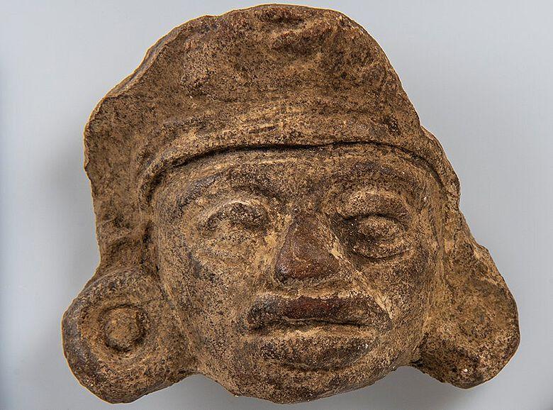Fragment eines Kopfes bzw. einer Gesichtsmaske mit Kopfschmuck aus dem Hochtal Mexikos