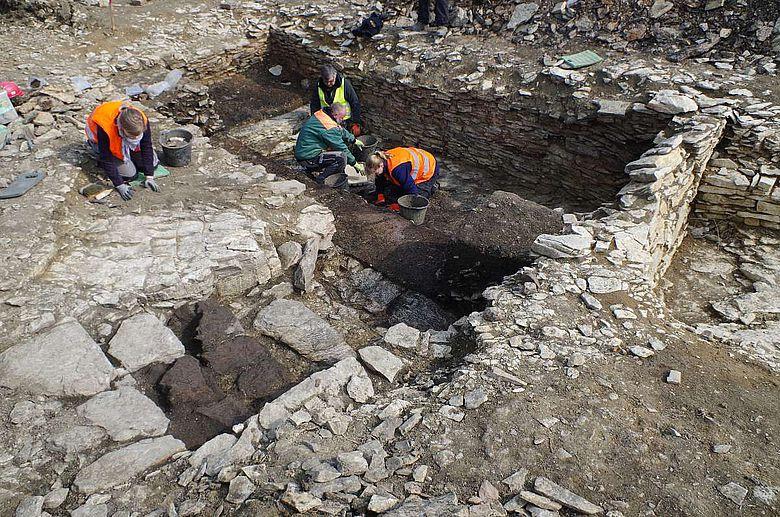 Mittelalterlicher Hauskeller in den Kalkstein geschlagen