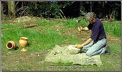 Vorbereitung des Schmelzversuches - Pochen des Erzes