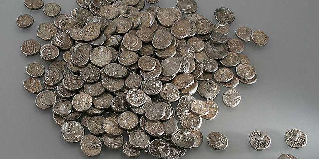 293 Silbermünzen, der größte keltische Hort mit Edelmetallmünzen aus der Schweiz
