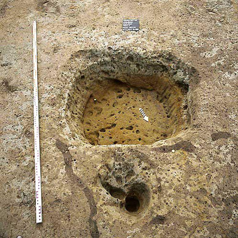 Grube mit Spuren eines Einbaus: Entlang des Grubenrands wurden feine Hölzer zur Befestigung der Grubenkante eingeschlagen © ADB
