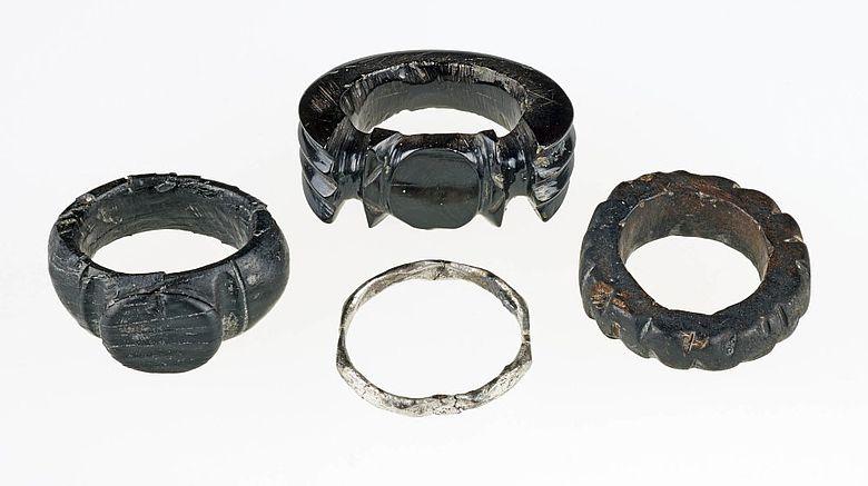 Fingerringe aus Gagat und Silber aus dem Sarkophag von Zülpich