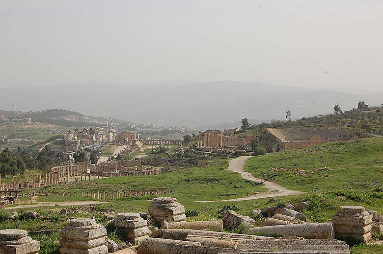 Archäologische Monumente vor moderner Bebauung