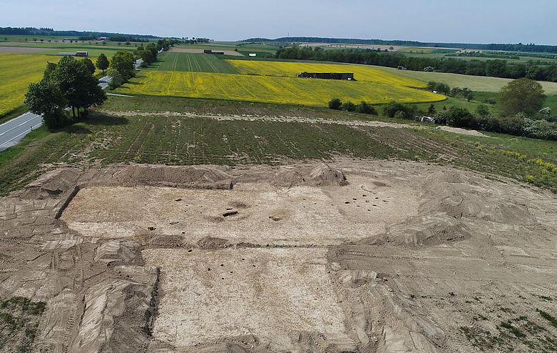 Die Grabungsfläche mit Blick nach Westen, auf der rechten Seite ist die Lage des Wohnhauses anhand der 9 Pfosten zu erkennen