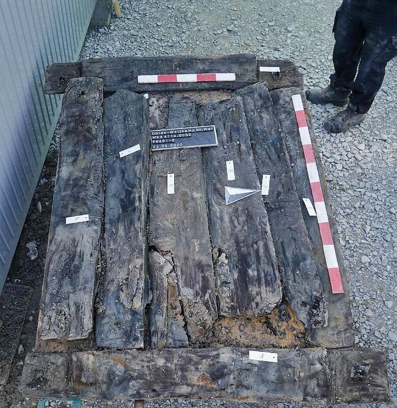 Hölzerner Unterbau für Steinbrunnen