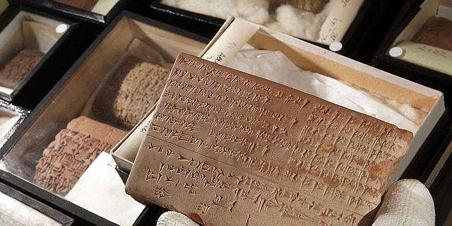 Auf solchen Keilschrifttafeln, wie hier aus Nippur, finden sich akkadische Texte, die im neuen Projekt unter Jenaer Leitung zusammengetragen und analysiert werden. (Foto: Jan-Peter Kasper/FSU)