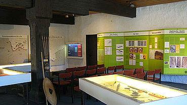 Die Karten und ausführlichen Texte in der Sitzecke sollen den Einstieg in die Thematik ermöglichen (Foto: Stadtmuseum Weingarten)