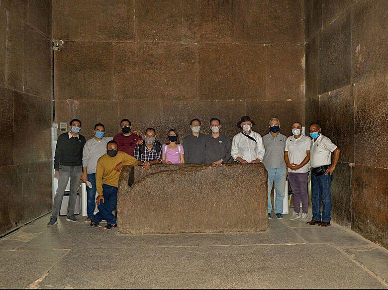Das ägyptisch-deutsche Messteam in der Königskammer der Cheops-Pyramide mit dem Sarkophag von Cheops