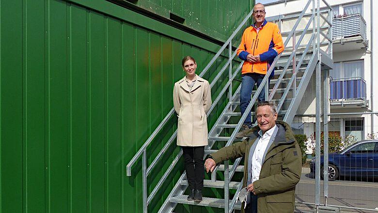 Erster Kreisbeigeordneter Walter Astheimer (unten rechts), Lea Pflüger (Untere Denkmalschutzbehörde des Kreises) und Dr. des Thomas Becker (hessenARCHÄOLOGIE, LfDH)