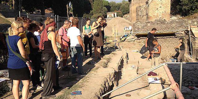 Team der Sommerakademie besucht die Ausgrabungen