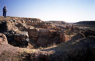 Ebla: Als Wall im Hintergund zu erkennen die ehemalige Stadtmauer mit Tor