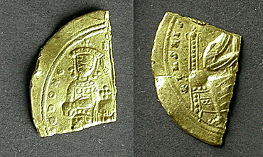 Vorder- und Rückseite des Fragmentes einer byzantinischen Goldmünze von Romanus III. (Foto: F. Bernel)