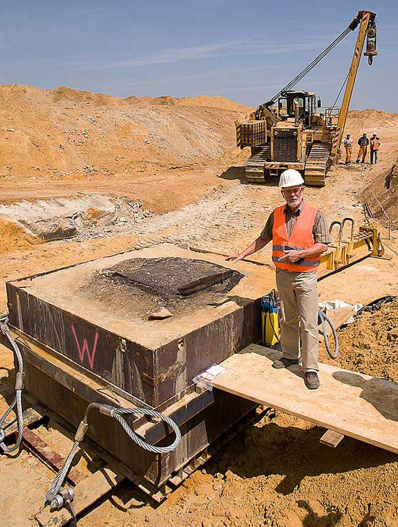 Grabungsleiter mit Brunnen-Blockbergung