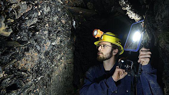 Prähistorische Bergleute hinterließen zerbrochene Werkzeuge, Arbeitsmaterialien, Lebensmittel und abgebrannte Fackeln in den Stollen