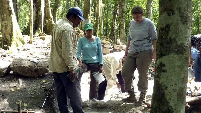Grabungsleiterin Iken Paap betrachtet gemeinsam mit einer jungen Wissenschaftlerin und einem Arbeiter die freigelegte Treppe einer Hofanlage. Den Ruinen von Uxul gingen 15 Studenten und Jungwissenschaftlern und 40 mexikanische Arbeiter drei Monate lang gründlich, aber vorsichtig zu Leibe (Foto: Ewald Graf)