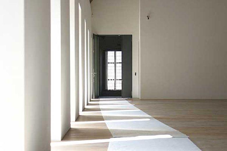 Die neuen Museumsräume im ehemaligen Dormitorium im Ostflügel der Klosteranlage lassen bis in die Klosterkirche blicken. (Foto: LWL/Maria Tillmann)