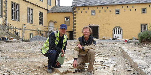 Andreas Wunschel von der LWL-Archäologie für Westfalen und Grabungsleiter Thies Evers auf einer der freigelegten Mauern