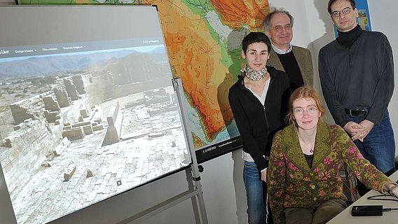 Das Team des neuen Projektes zur sabäischen Sprache an der Universität Jena: (v. l.) Doktorandin Mariam Kilargiani, Prof. Dr. Norbert Nebes, Dr. Anne Multhoff und Programmierer Heiko Werwick. (Foto: Jan-Peter Kasper/FSU)